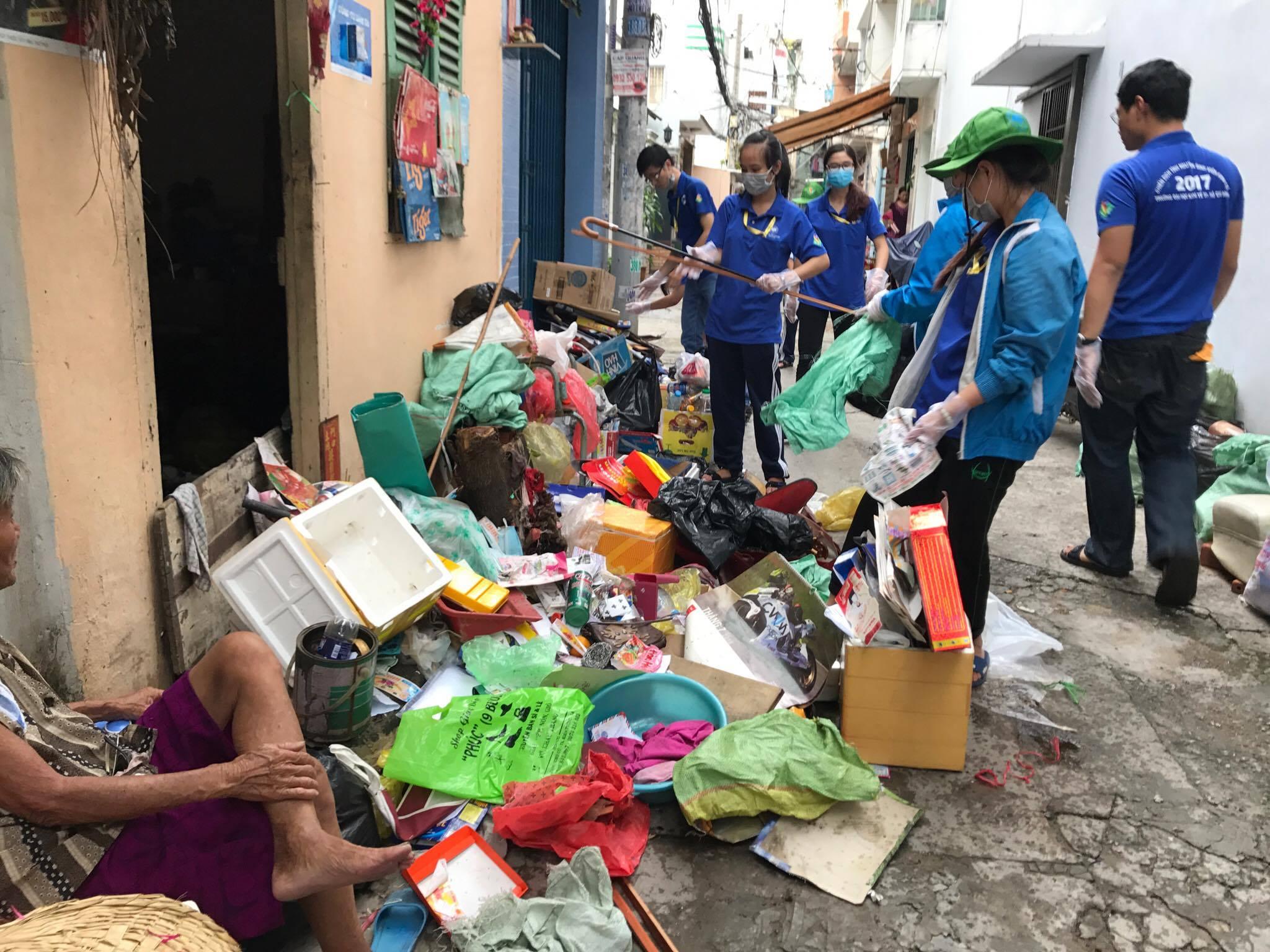 Thực hiện tổng vệ sinh, giúp đỡ gia đình neo đơn trên địa bàn phường 5