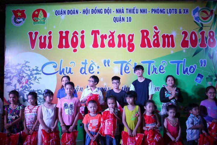 Quận 10 thực hiện trao tặng 400 phần quà chăm lo Tết Trung Thu cho các em thiếu nhi trên địa bàn quận