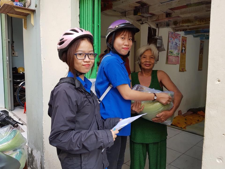 Tổ chức tặng quà cho các hộ gia đình có hoàn cảnh khó khăn trên địa bàn phường 5