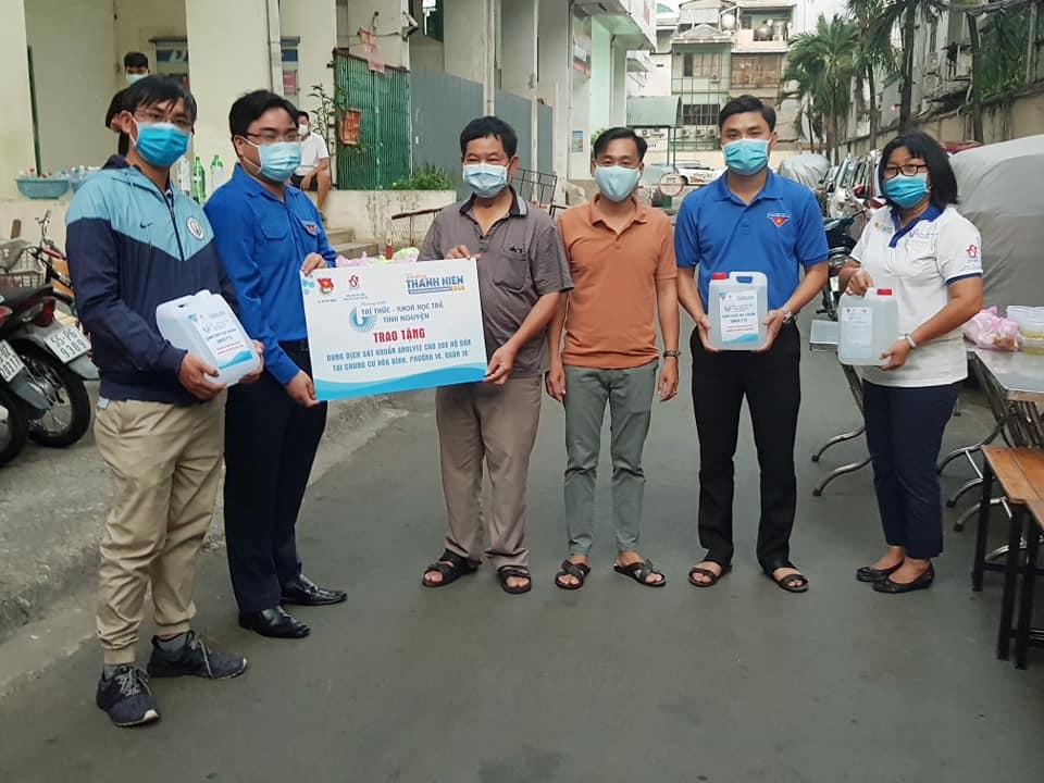 Trao tặng 260 bình dung dịch sát khuẩn Anolyte cho đại diện Ban quản trị chung cư Hòa Bình