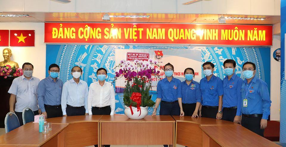 Đại diện lãnh đạo Quận ủy thăm và tặng hoa chúc mừng Ngày thành lập Đoàn.