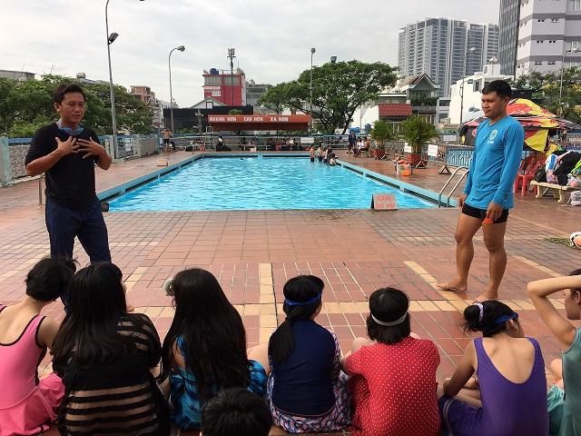"""Phường 15 - Tổ chức lớp tập huấn """"Kỹ năng bơi an toàn, phòng, chống đuối nước cho trẻ em"""" năm 2020"""