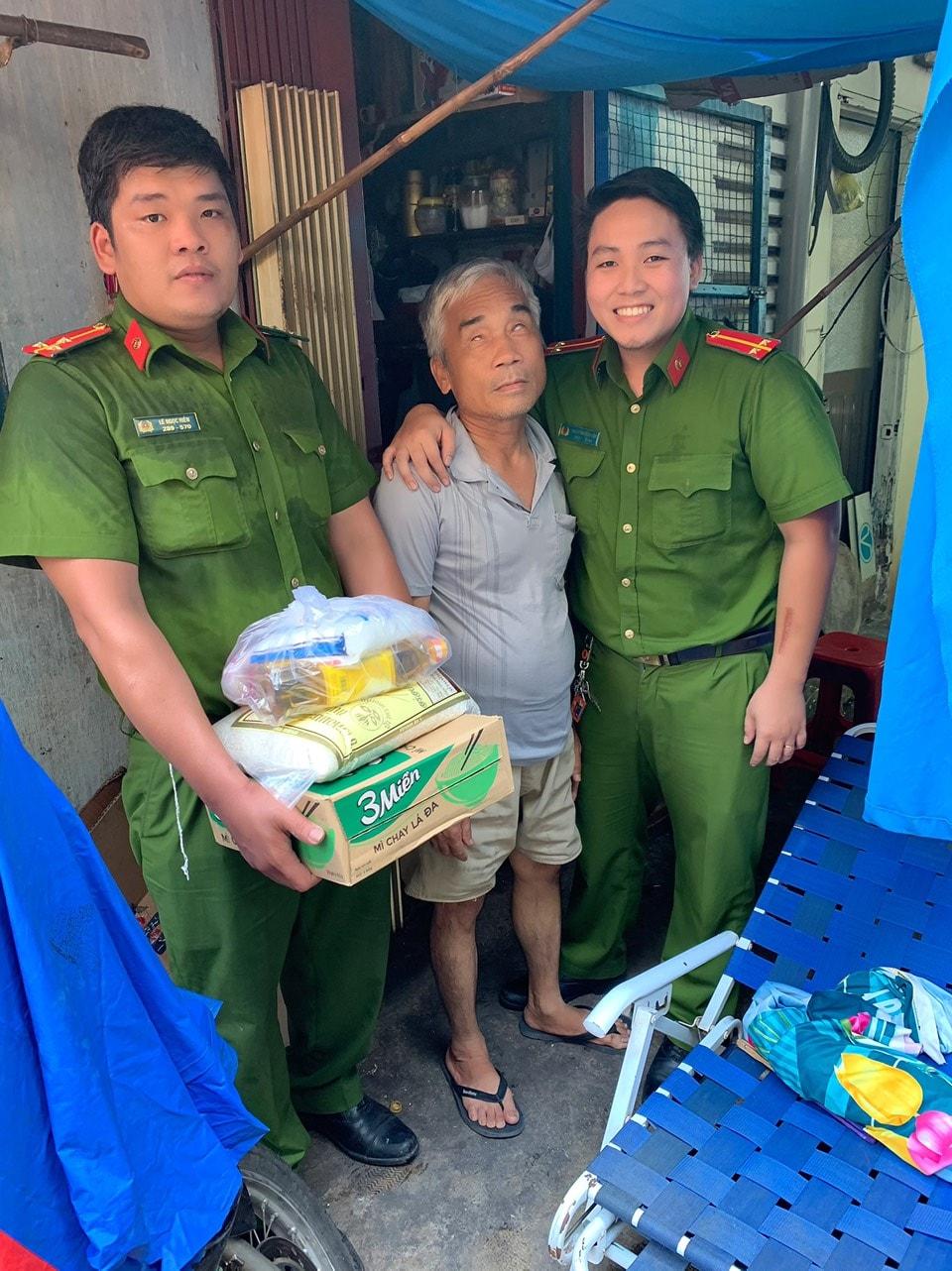 P1 - Chi đoàn công an trao tặng quà đến hộ dân khó khăn
