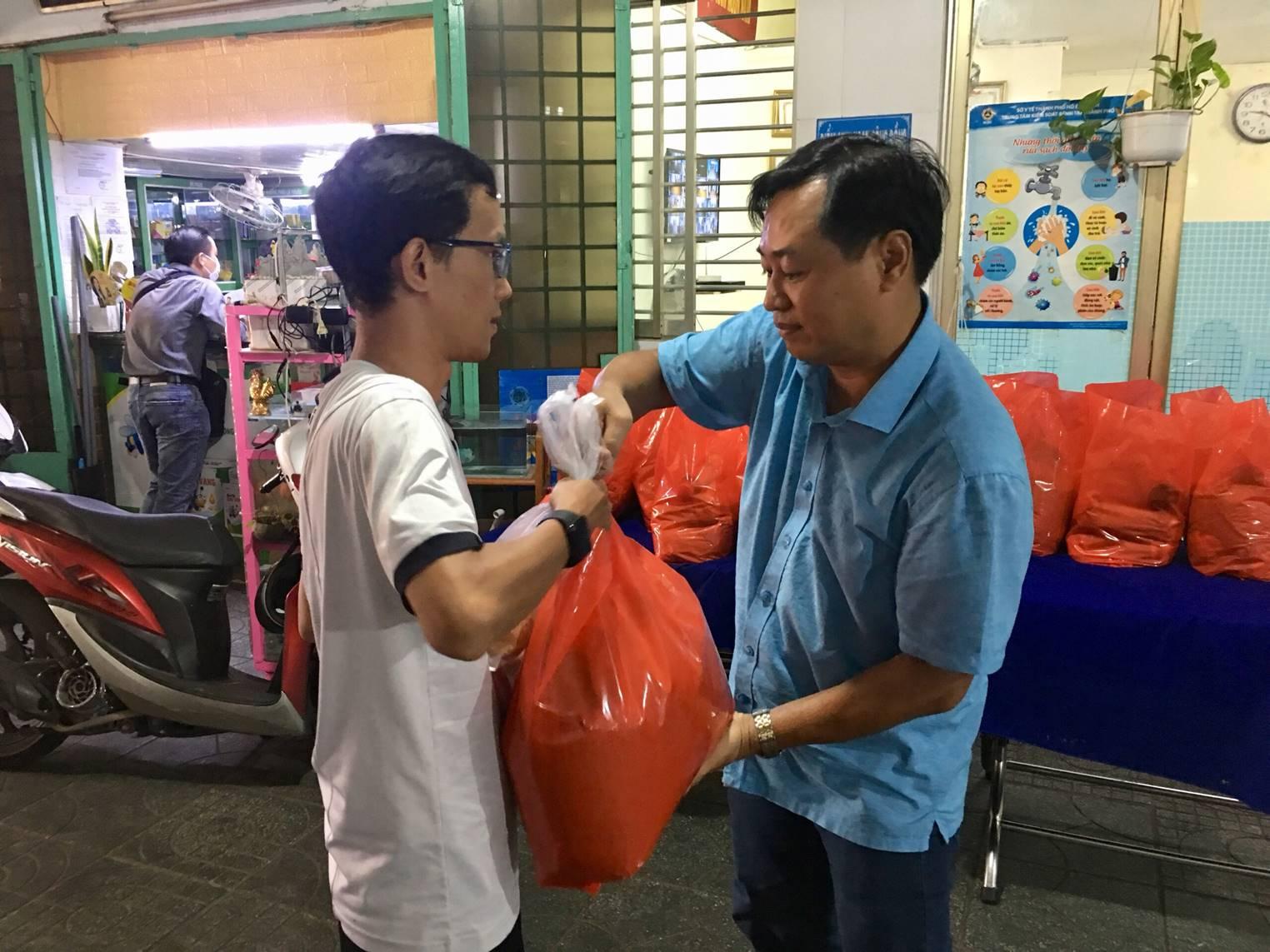 Đoàn TNCS Hồ Chí Minh, Hội LHTN Việt Nam Phường 7 trao tặng quà cho người khó khăn trên địa bàn Phường